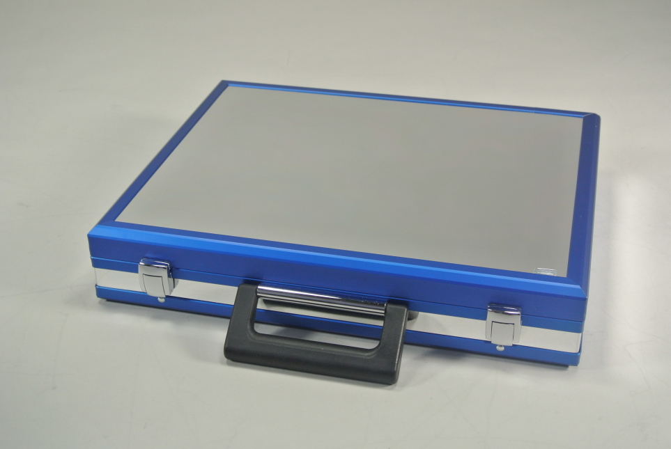Koffer Blau mit spiegelnder Oberfläche